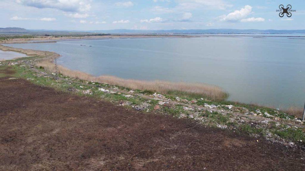 С дрон се вижда, че цялата периферия на историческия водоем, е осеяна с отпадъци